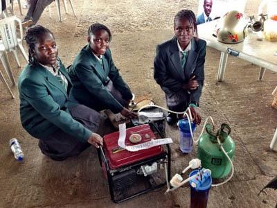 Школьницы Кении изобрели электрогенератор, работающий на моче