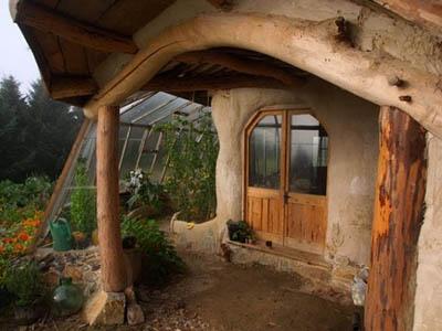 Пристенные теплицы – удобное решение для органического земледелия круглый год
