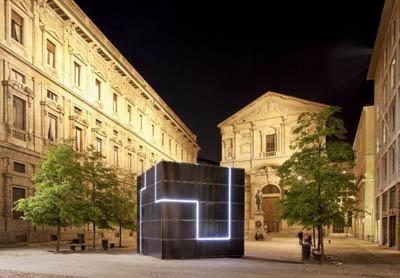 На одной из итальянских улиц появился гигантский куб, вырабатывающий энергию с помощью солнца