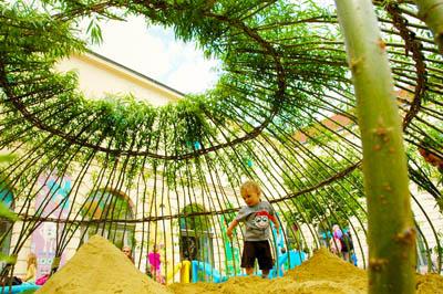 песочница под зеленым куполом