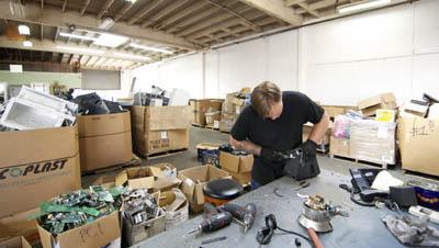 Компания Isidore дарит второй шанс заключенным и поломанной электронике