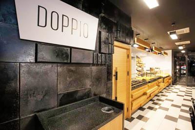 Отработанные пекарские противни в интерьере хлебных магазинов в Польше