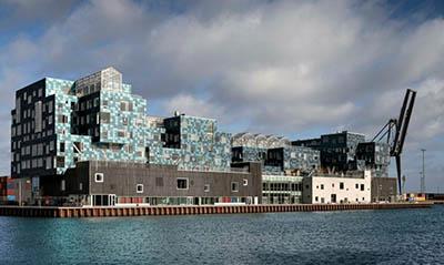 Здание школы, полностью покрытое солнечными панелями, в Дании